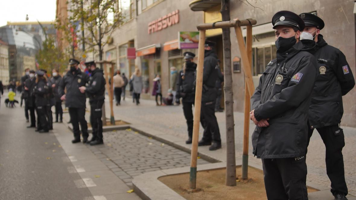 Policisté dohlíželi na dodržování protikoronavirových opatřeních na Národní třídě