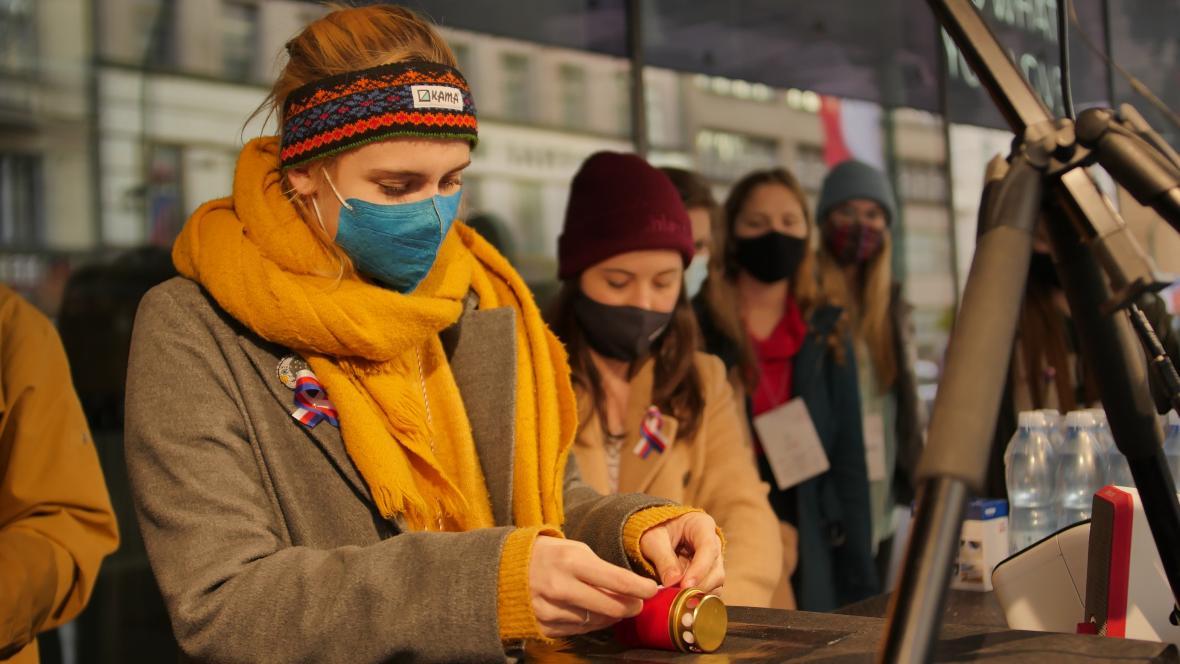V rouškách a se svíčkami. Lidé vzdali hold odkazu 17. listopadu