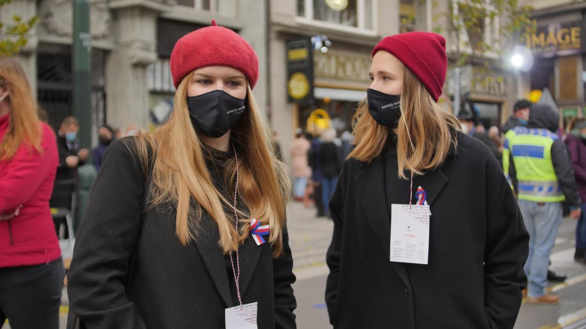 Dobrovolnice, které upozorňovaly příchozí, aby si nasadili roušky