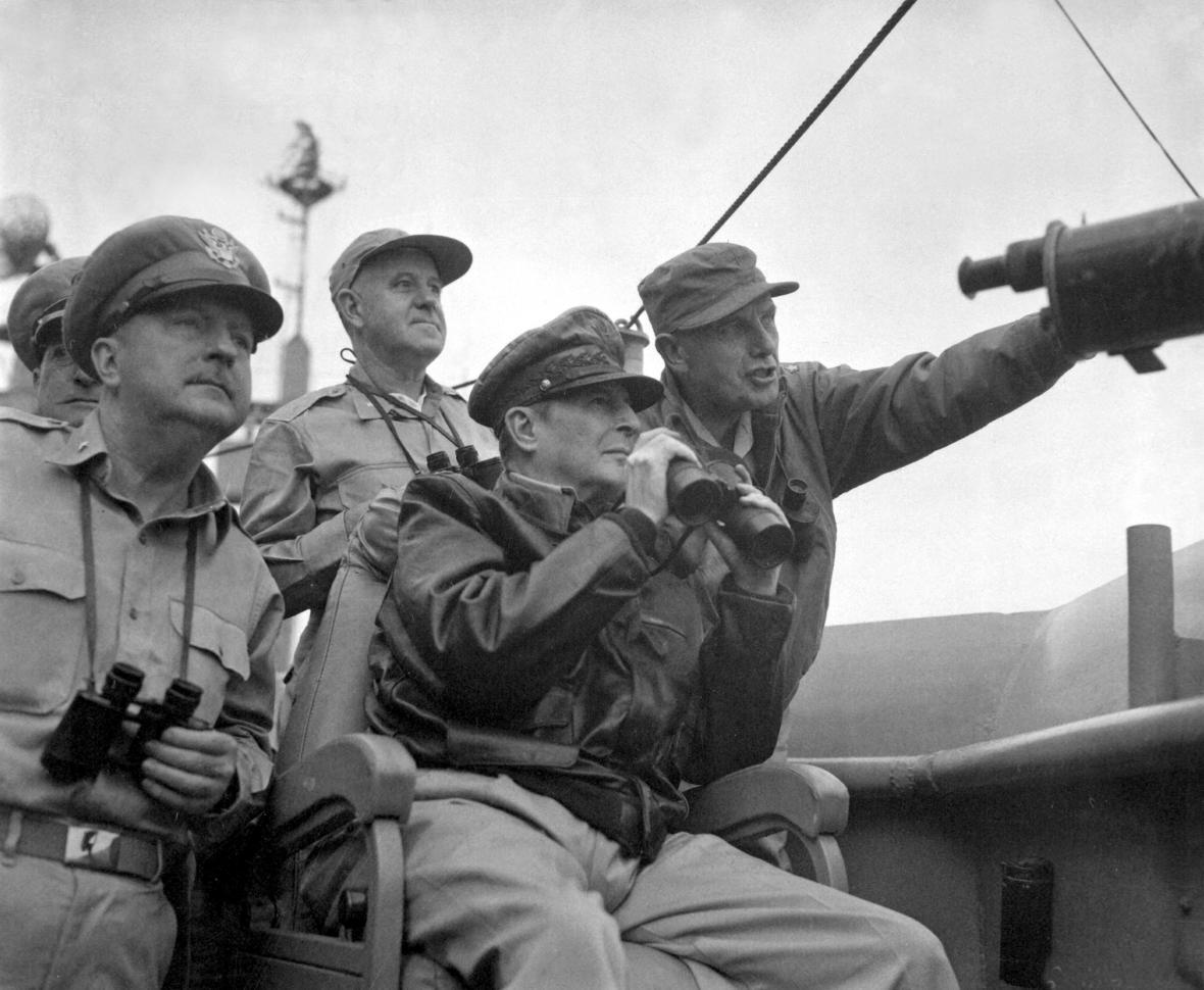 Americký generál Douglas McArthur (uprostřed) na palubě lodi USS Mount McKinley v roce 1950