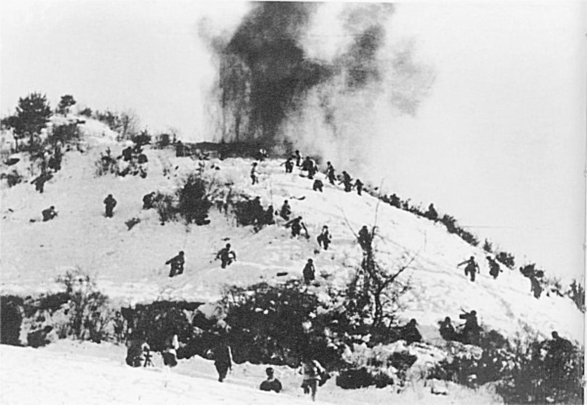 Američtí vojáci prchají ve sněhu před čínskou přesilou
