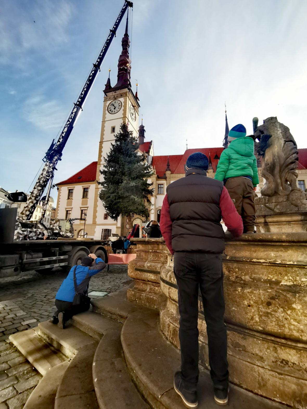 Instalace vánočního stromu na olomouckém Horním náměstí