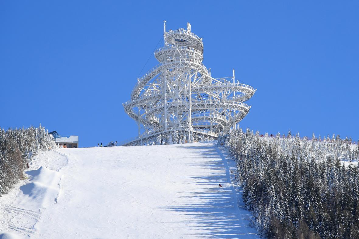 Stezka v oblacích nedaleko horní stanice lanovky Sněžník