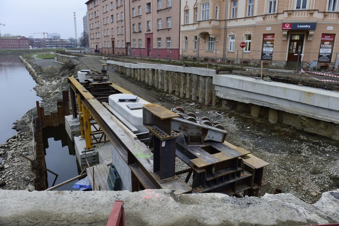 Instalace nového mostu v Olomouci