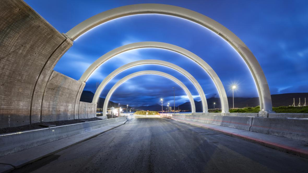 Součástí podmořského tunelu na Faerských ostrovech je i designový kruhový objezd