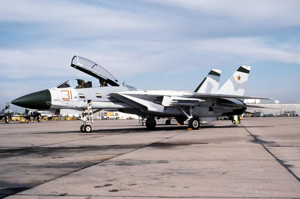 """Malá část F-14 sloužila nějakou dobu v tzv. """"agresorských"""" letkách, simulujících během cvičení protivníka, v tomto případě konkrétně sovětské letouny Suchoj Su-27"""
