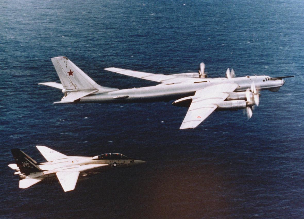 """F-14A letky VF-51 """"Screaming Eagles"""" z letadlové lodi USS Carl Vinson kontroluje let sovětského průzkumného letounu T-95RTs nad Tichým oceánem dne 21. listopadu 1984"""
