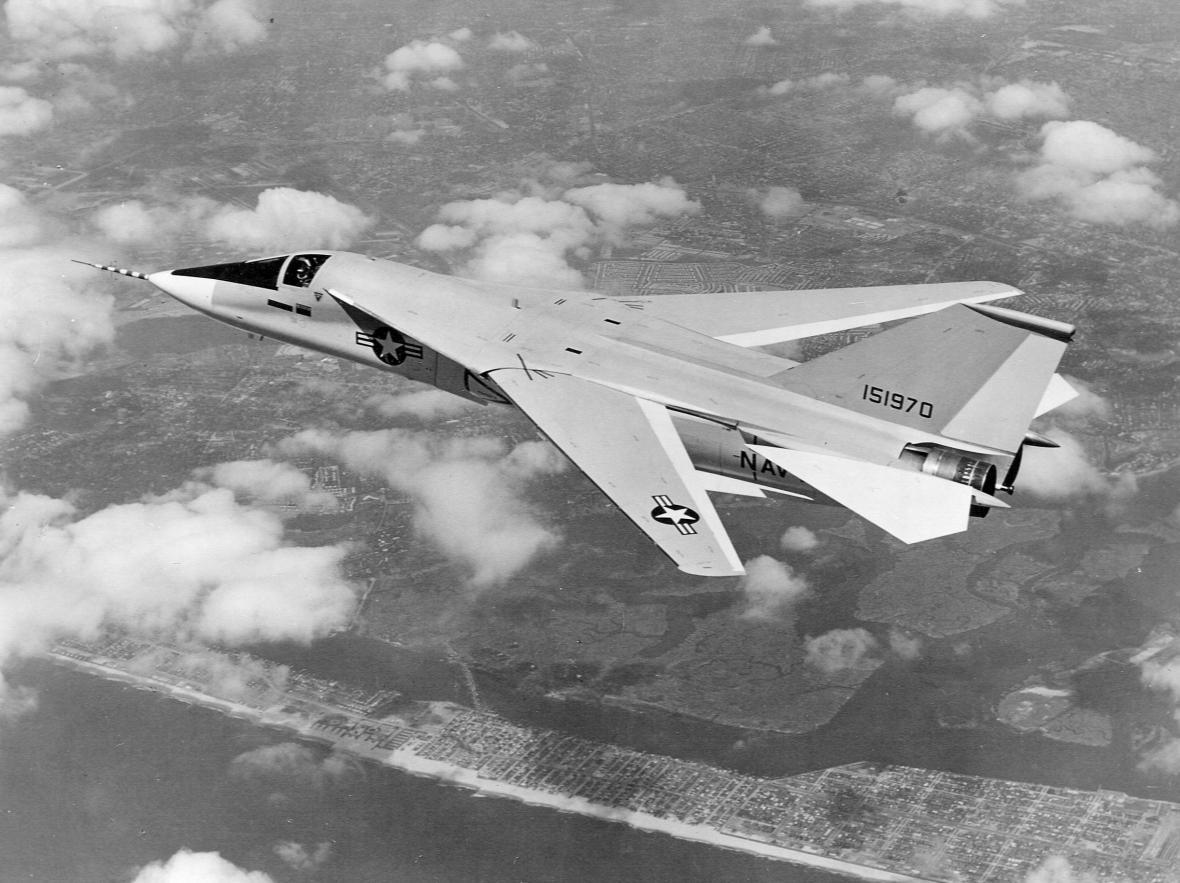 – Původně měl být nástupcem F-4 v americkém námořnictvu palubní stíhač F-111B, byl však příliš těžký a neodpovídal zkušenostem, které američtí piloti získali ve Vietnamu, proto byl jeho vývoj zastaven