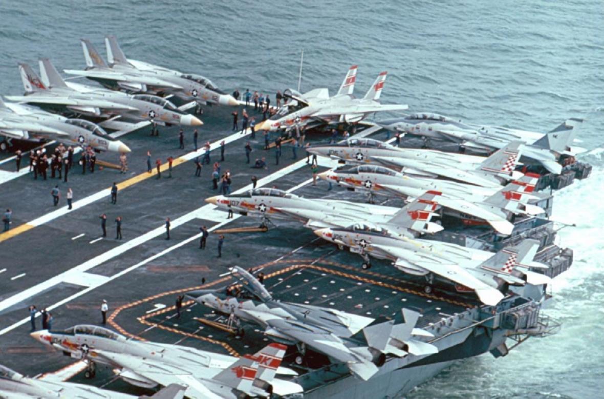 """Během služby na letadlové lodi mají letouny F-14 křídla sklopená """"za zarážku"""", aby se tak ušetřil prostor pro jejich skladování"""