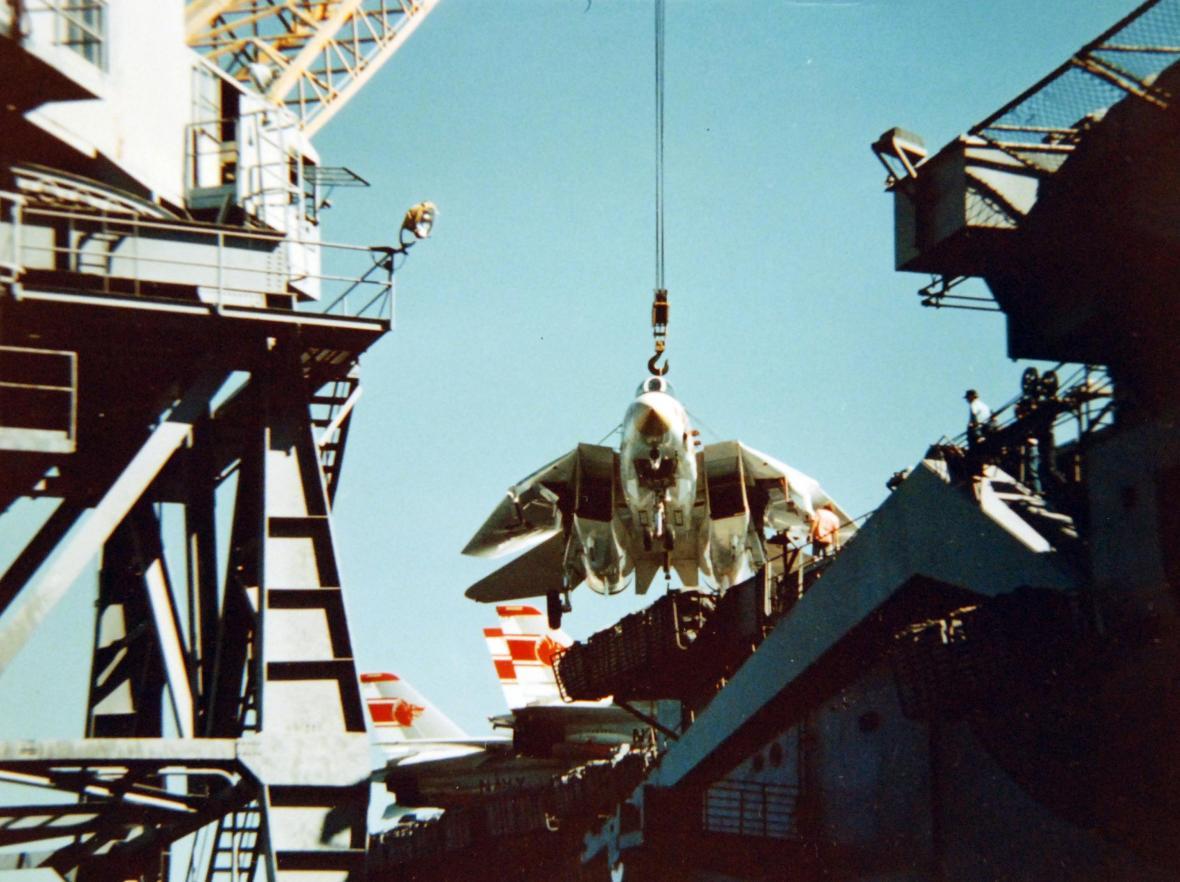 Nakládání prvních letounů letky VF-1 na palubu letadlové lodi USS Enterprise, září 1974