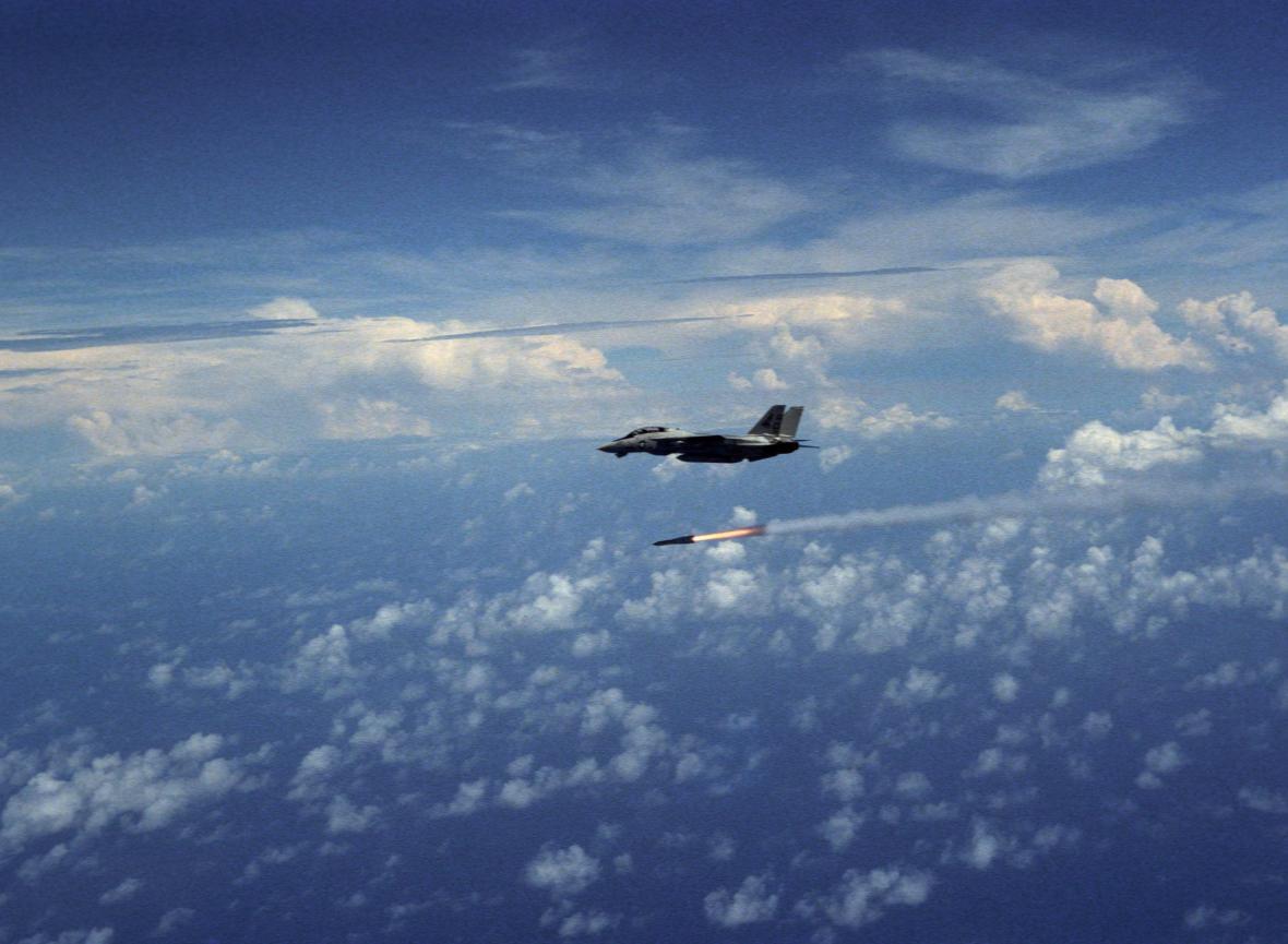 F-14 právě odpálila protiletadlovou řízenou střelu AIM-54 Phoenix