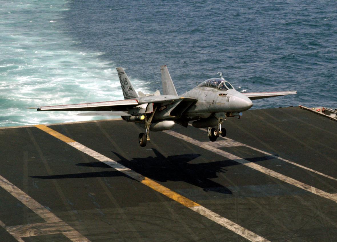 """F-14A letky VF-211 """"Checkmates"""" přistává na letadlové lodi USS Enterprise během operace Irácká svoboda. Křídla jsou maximálně rozevřena, aby bylo dosaženo dostatečného vztlaku při nízké přistávací rychlosti."""