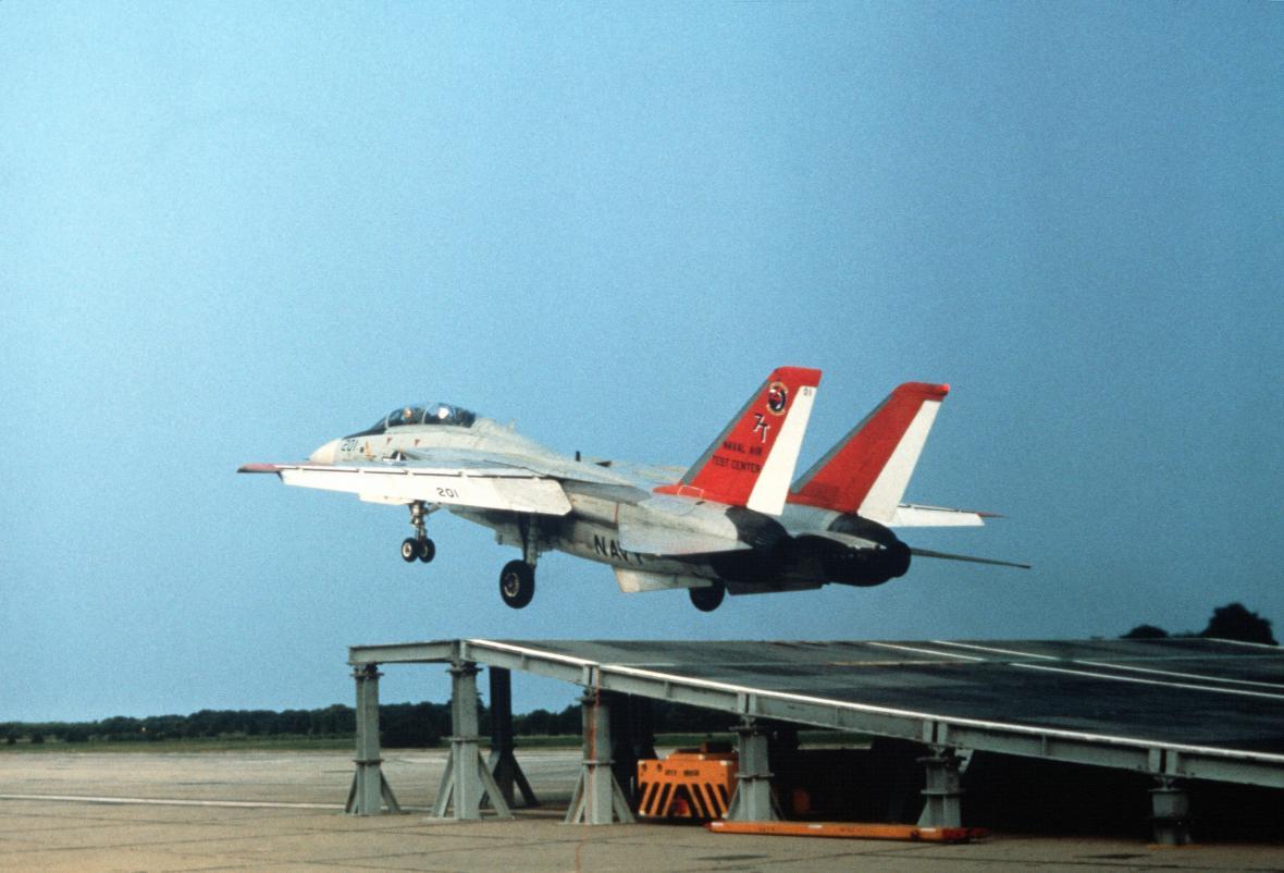 """F-14 byly testovány také pro provoz na letadlových lodích s tzv. """"skokanským můstkem"""" (zde sklopeným pod úhlem 9°); jde o levnější variantu startů pomocí katapultů, kterou využívají letadlové lodě menších zemí"""