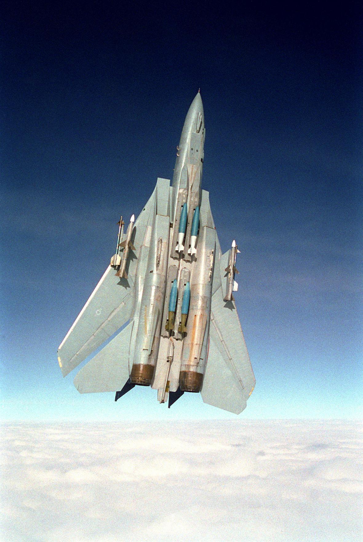 F-14 ve svislém stoupání při vysoké rychlosti a křídlech automaticky nastavených na nejvyšší šípovitost