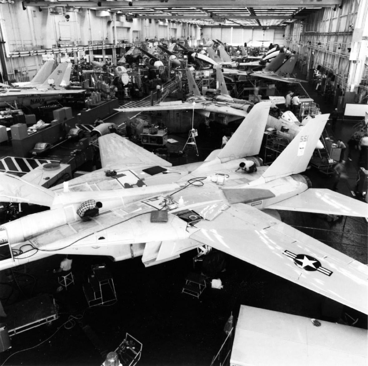 Výrobní linka letounů F-14 v roce 1986