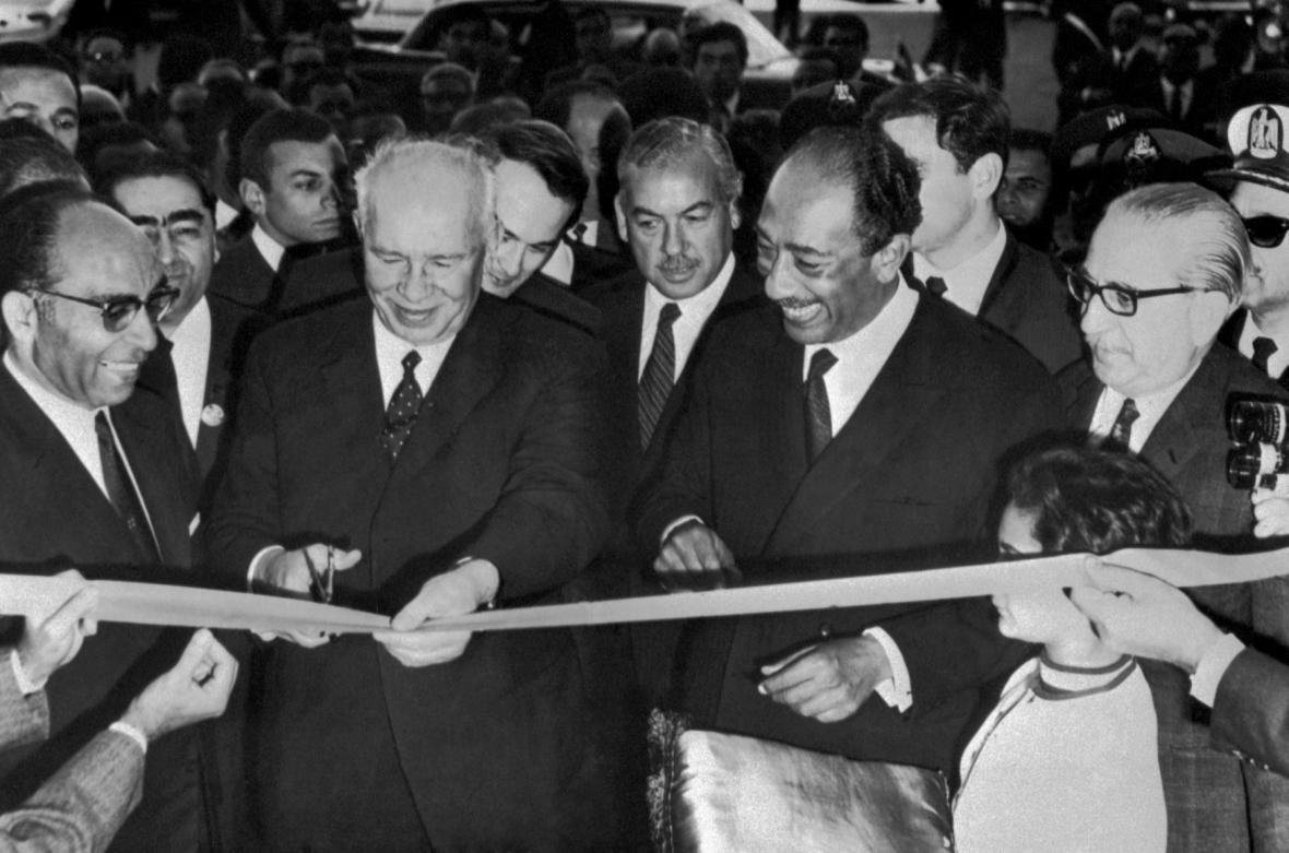 Slavnostního otevření se zúčastnil předseda prezidia Nejvyššího sovětu SSSR Nikolaj Viktorovič Podgornyj (druhý zleva) a egyptský prezident Anvar Sadat (čtvrtý zleva).