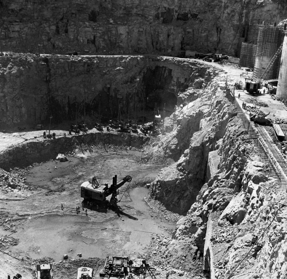 Pohled na stavbu asuánské přehrady v roce 1963.