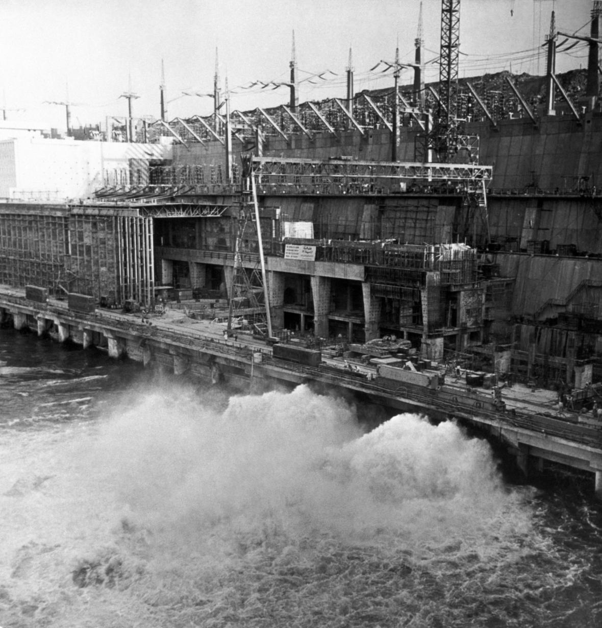 Stavba asuánské přehrady trvala zhruba jedenáct let.