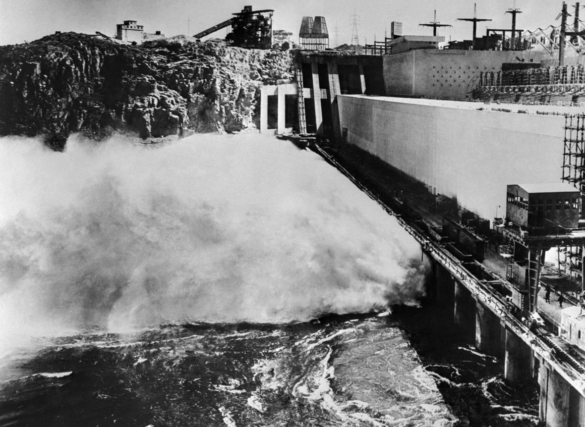 Pohled na přehradní hráz těsně před dokončením prací.