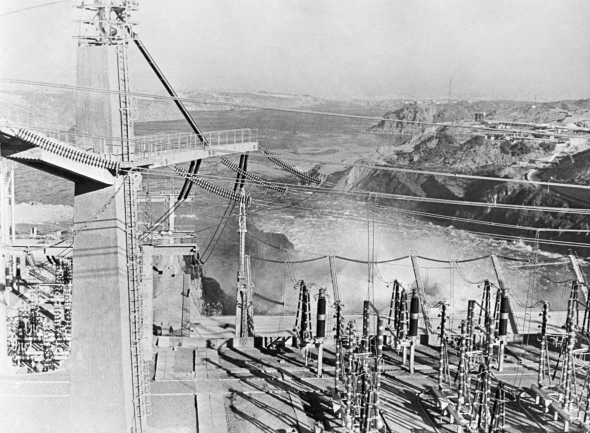 Pohled na asuánskou přehradu před slavnostním otevřením.
