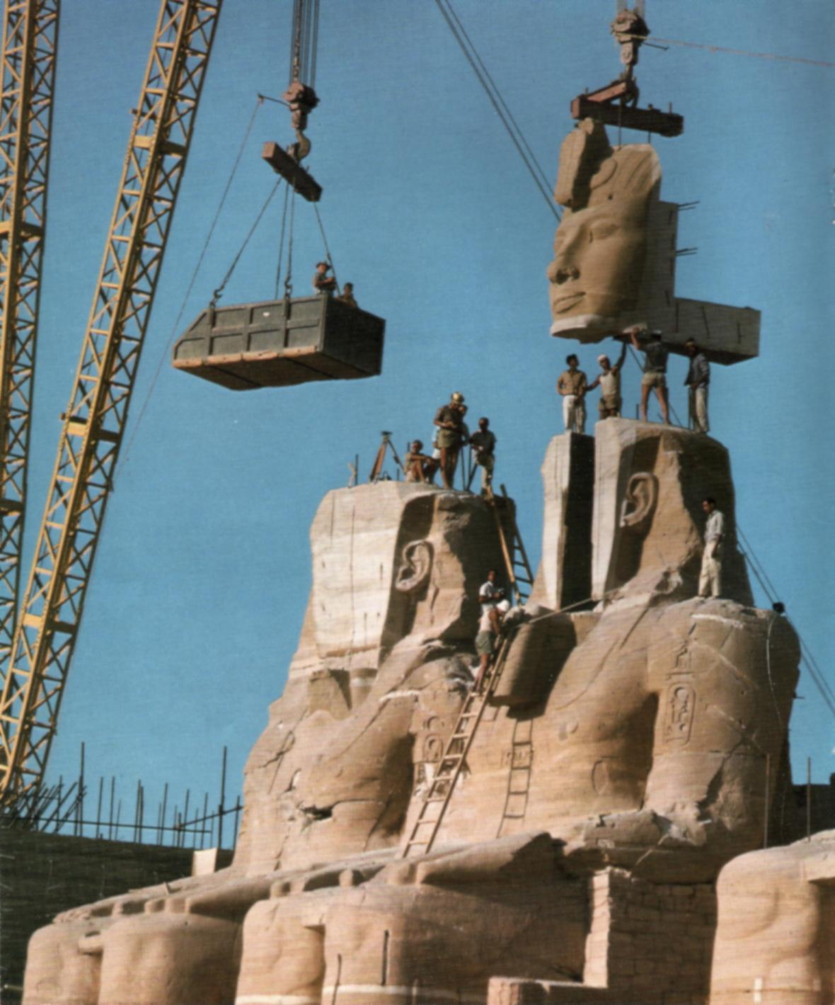 Pracovníci rozebírají sochu faraona Ramsese II. v chrámu Abú Simbel (foto z roku 1967).