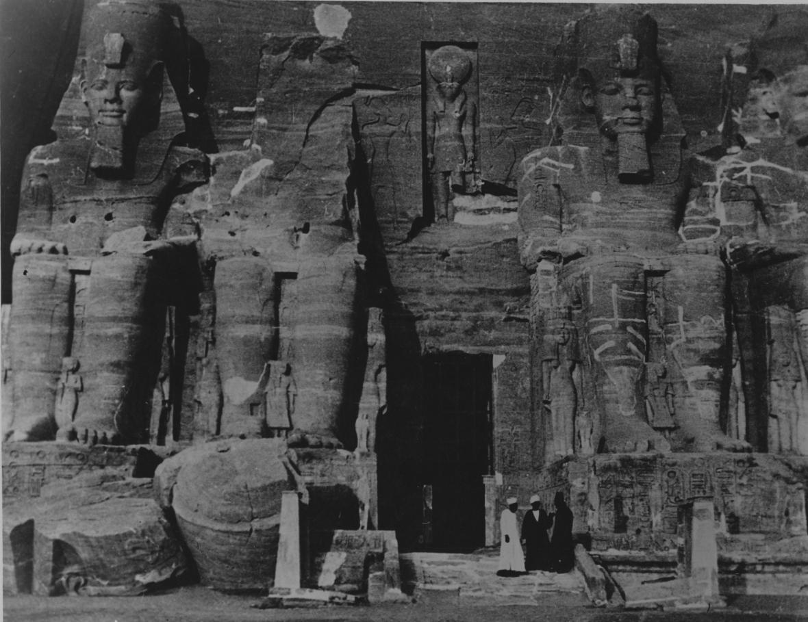 Chrám Abú Simbel před svým přemístěním (foto bylo pořízeno někdy v průběhu 20. let).