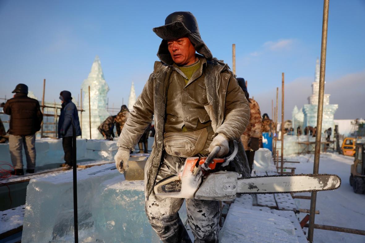 Stavba ledového města v čínském Charbinu