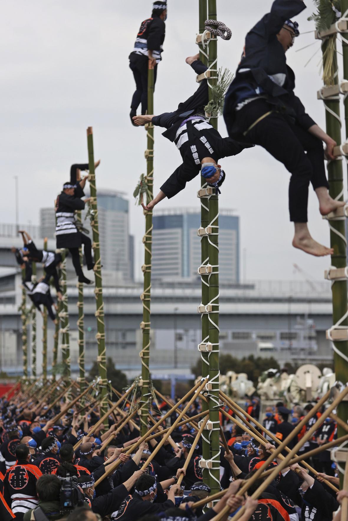Speciální jednotka japonských hasičů předvedla své akrobatické umění během přehlídky v Tokiu