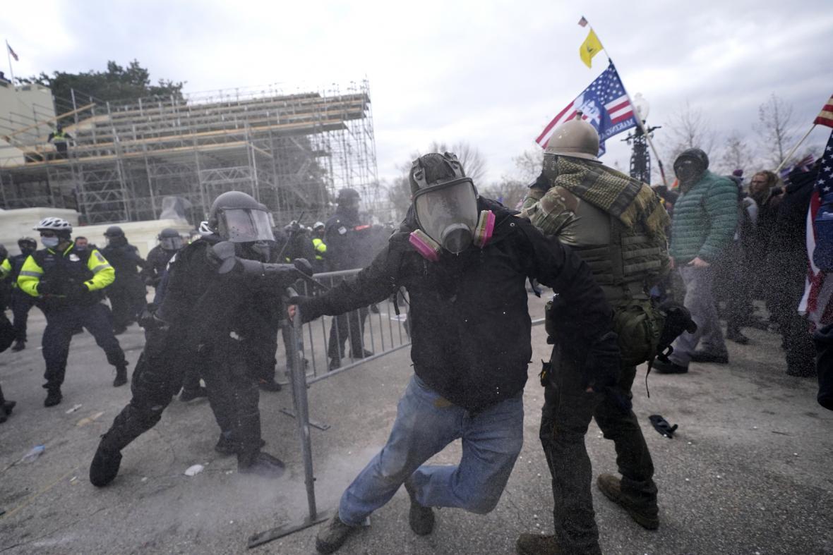 Demonstrující se ve Washingtonu střetli s policií