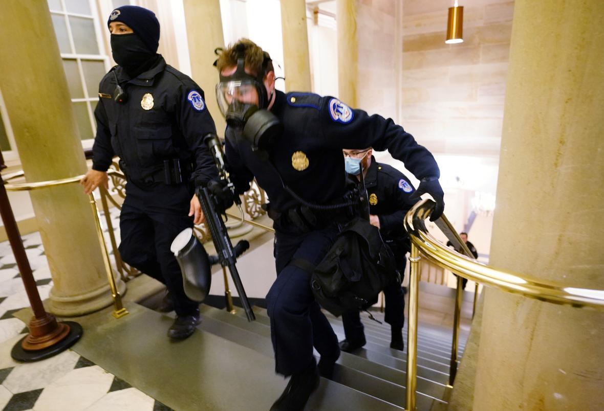Policisté zasahují v budově Kapitolu proti protestujícím
