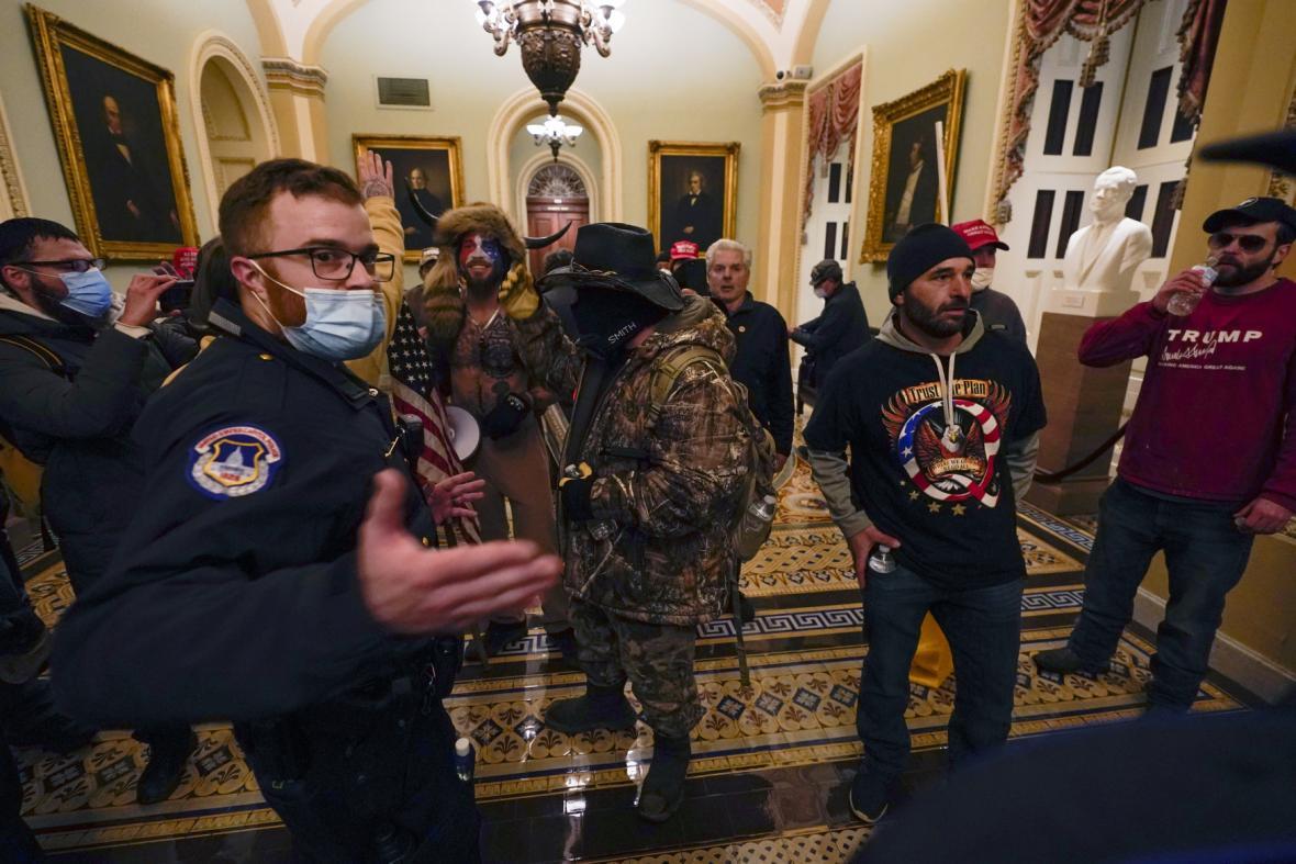 Příznivci Donalda Trumpa vtrhli do budovy Kapitolu
