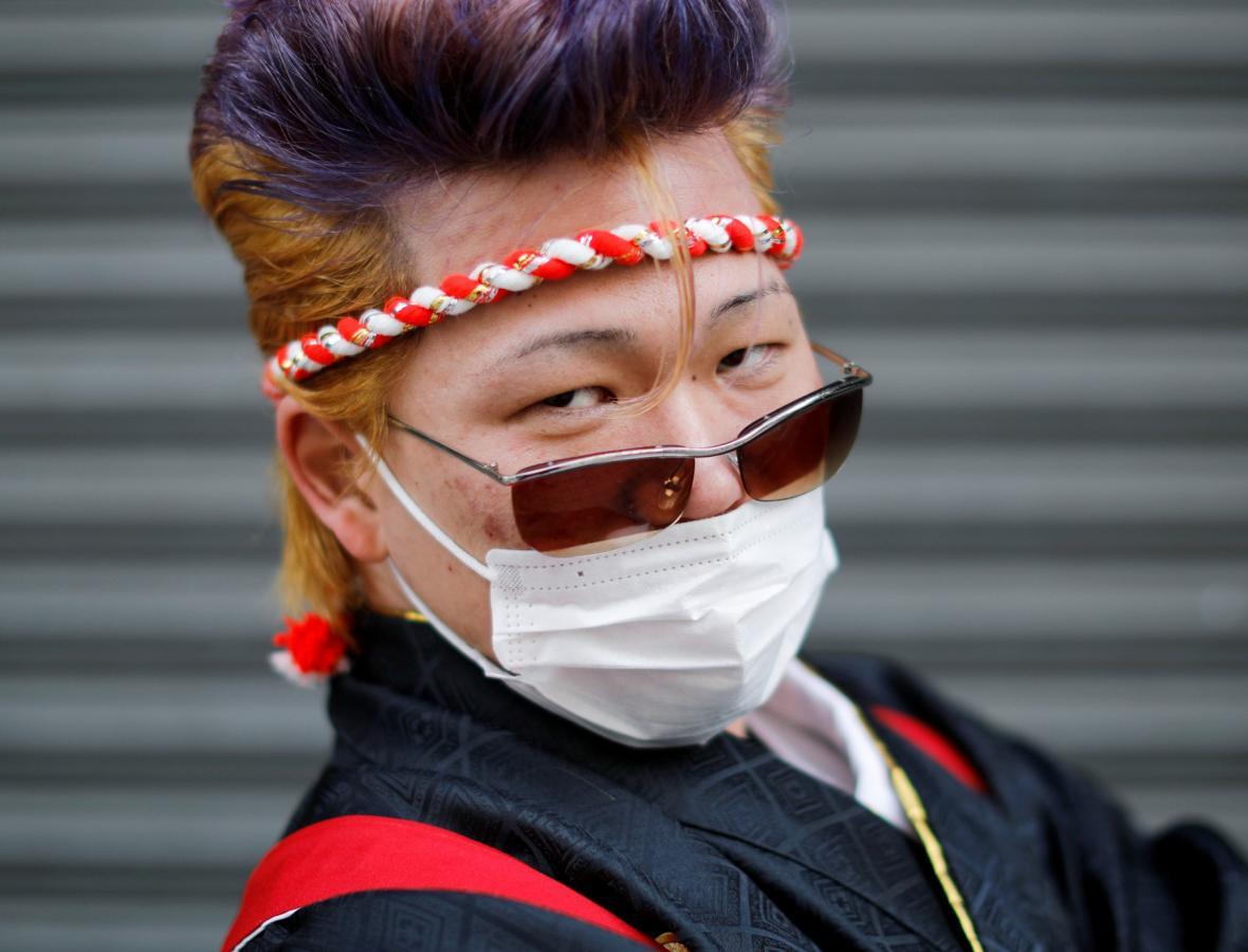 Mladí Japonci během státního svátku Dne dospělosti oslavují v ulicích města Jokohama