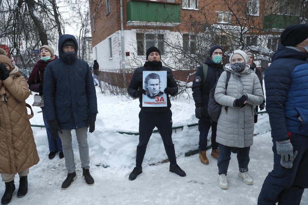 Navalného příznivci před policejní stanicí, kde soud rozhodl