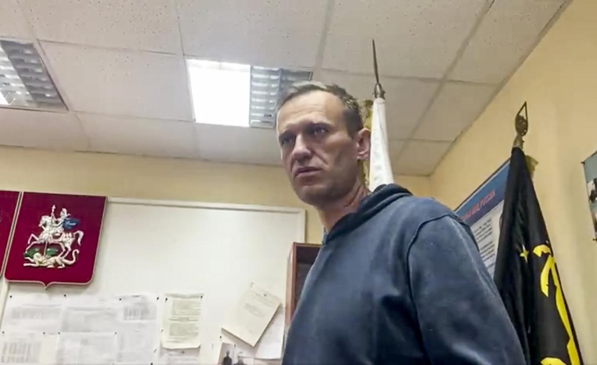 Alexej Navalnyj na policejní stanici v Chimki, kde proběhl soud