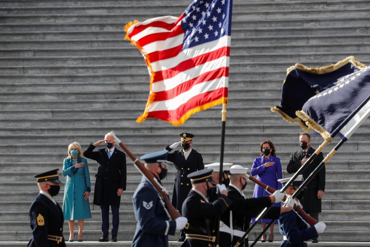 Nově jmenovaný prezident Biden a víceprezidentka Harrisová salutují se svými partnery americké vlajce