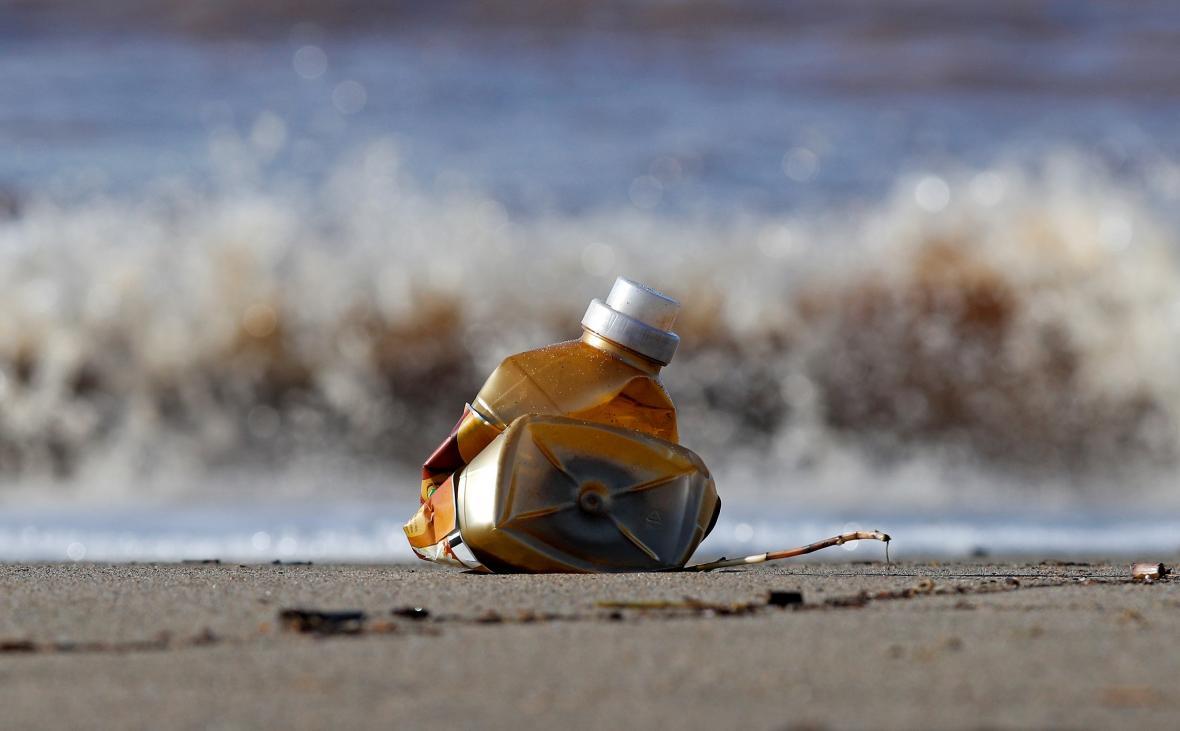 Plastová láhev ležící na pobřeží Itálie