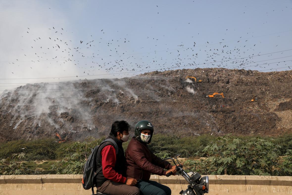 Zapálená obrovská skládka poblíž Nového Dillí