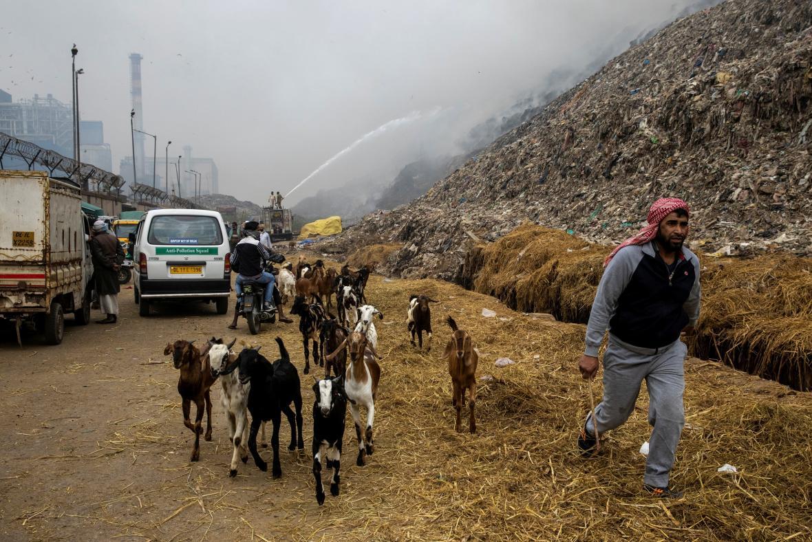 Řada Indů na předměstích je vystavena zplodinám ze zapálených skládek