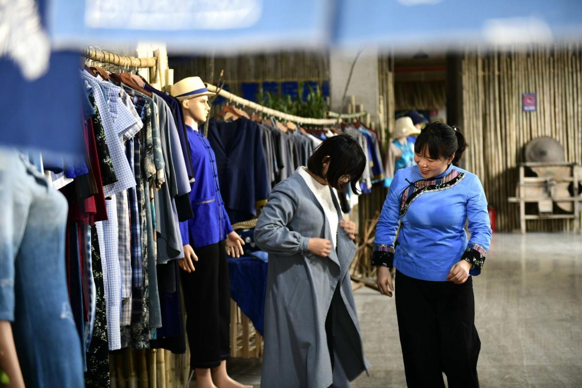 Prastarý národ Puejů se živí tkalcovstvím a šitím oděvů
