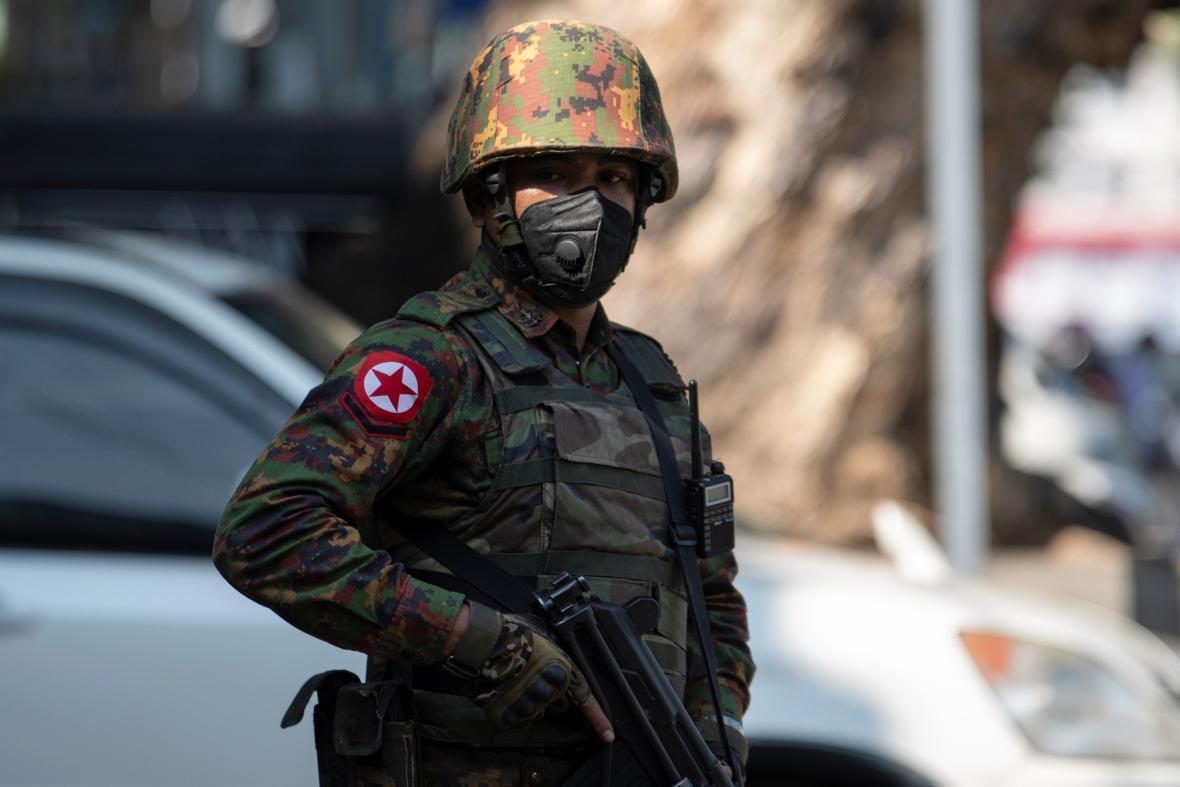 V Barmě dohlíží na pořádek armáda, svět její počínání odsoudil