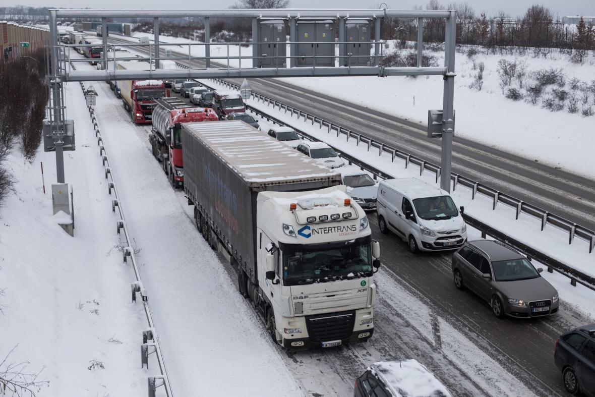 Sníh a ledovka komplikuje dopravní situaci ve Středočeském kraji
