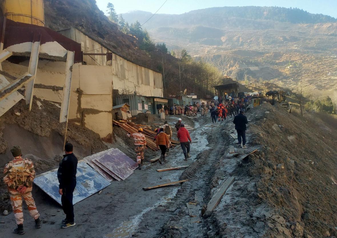 Členové záchranného týmu pracují na odstraňování škod po odtržení části  himalájského ledovce, který se zřítil do přehrady v severním části Indie zvané Uttarákhand