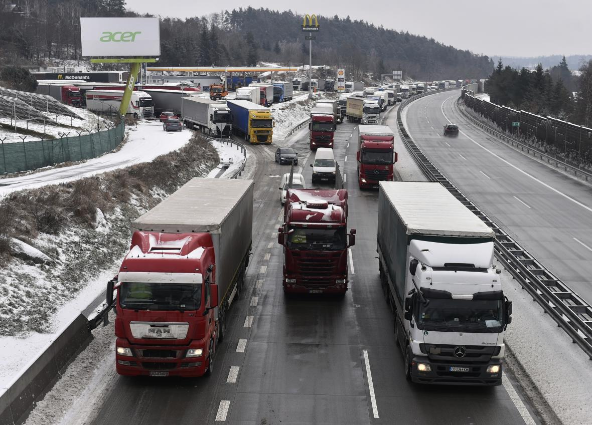Sníh a ledovka výrazně komplikují dopravu