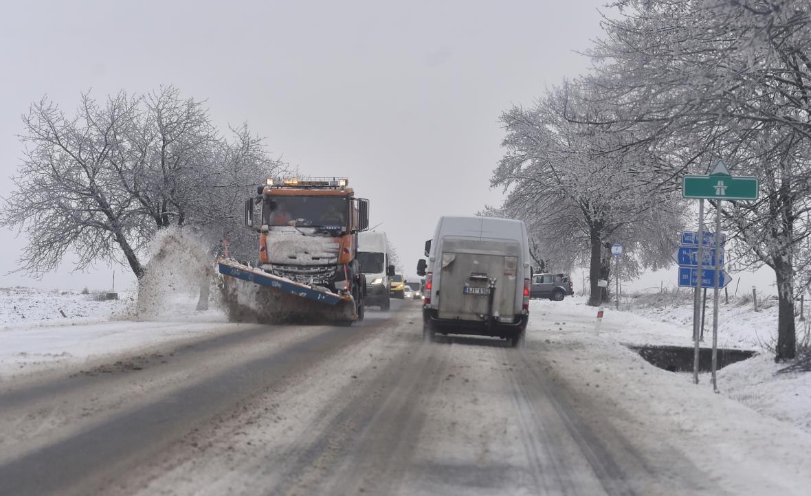 Na dálnici D1 na Žďársku, kde byly v noci na 8. února 2021 uzavírky, se ráno tvořila kolona kamionů ve směru na Prahu. Na snímku pohled z nadjezdu u Velkého Meziříčí