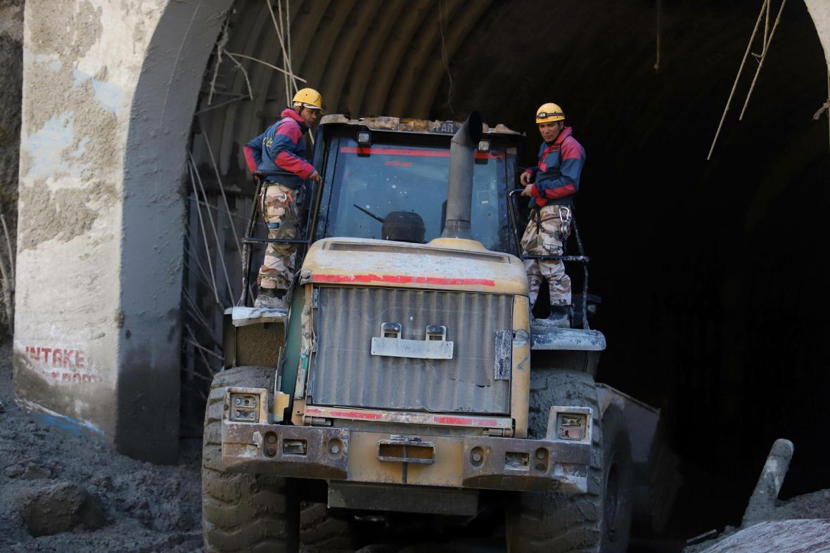 Indičtí záchranáři pátrají po pohřešovaných v tunelu nedaleko jedné z vodních elektráren