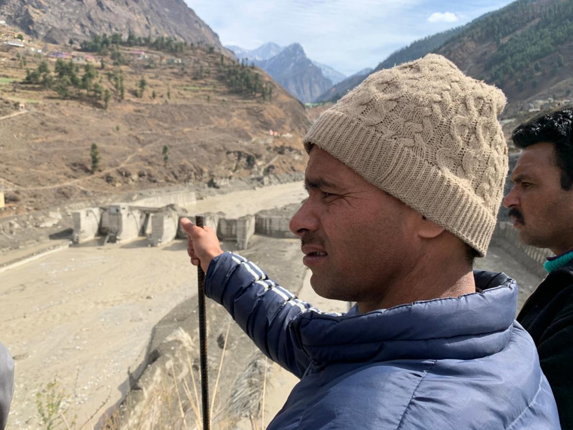 Místní obyvatelé sledují zkázu, kterou způsobil ledovec
