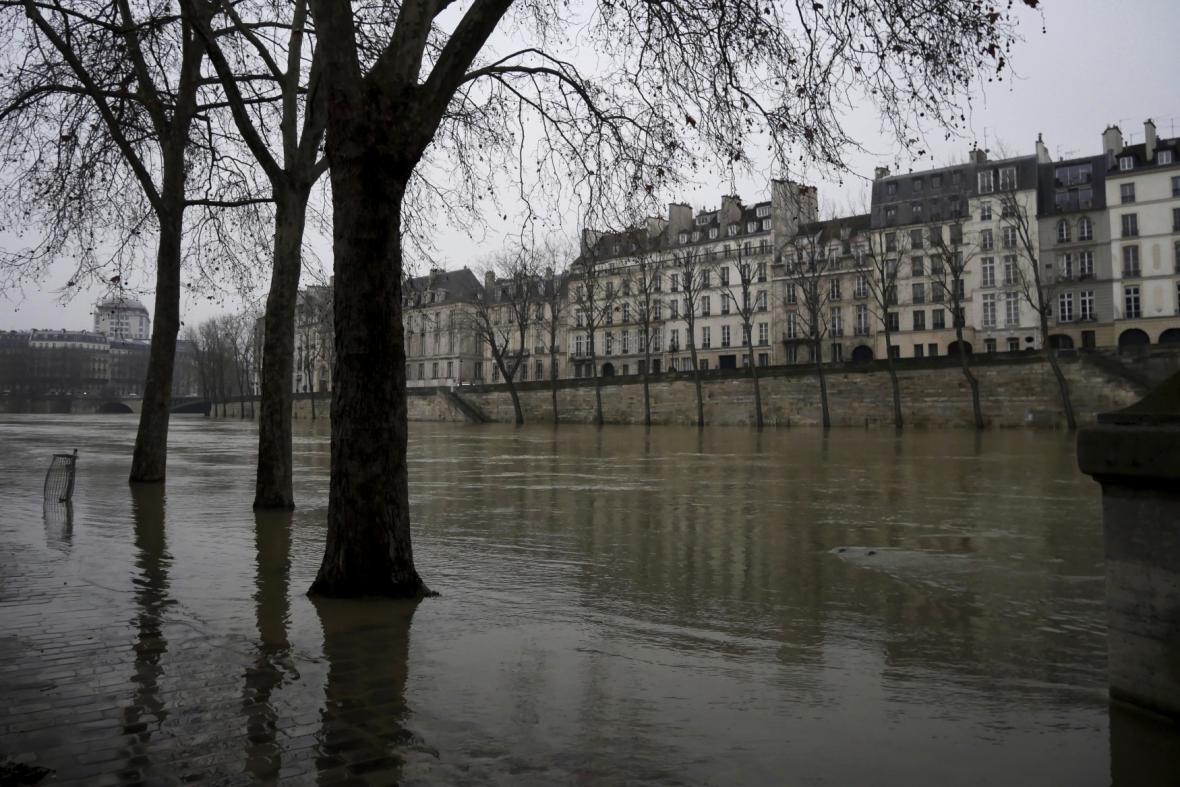V Paříži se zvýšila hladina řeky Seiny