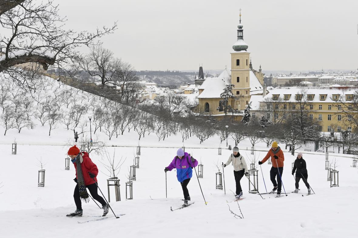 Běžkaři v pražských Petřínských sadech