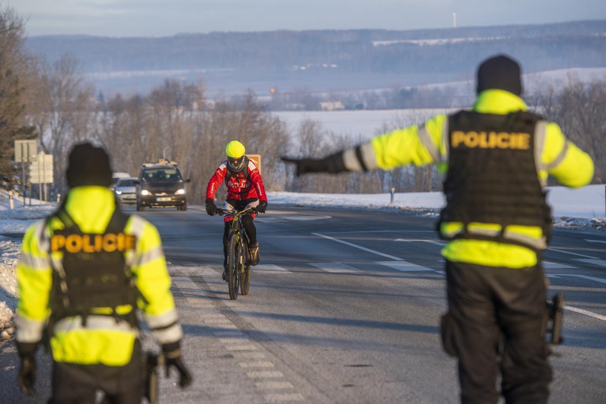 Policisté kontrolují dodržování omezení pohybu u obce Kuks