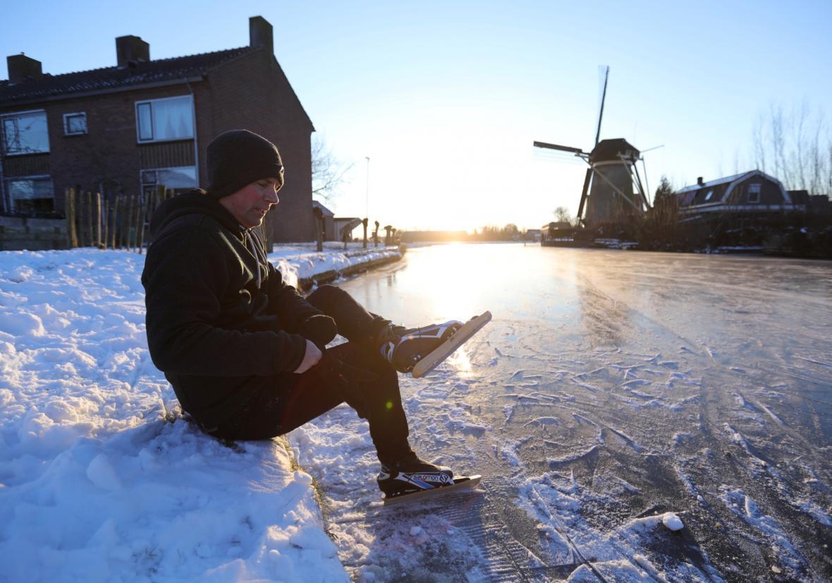 Ledem zamrzlé kanály si užívají bruslařští nadšenci v Nizozemí